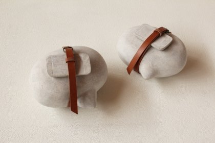 In dialoog met mark manders ( 2014) | 16 x 22 x 19 cm |  sandstone - leather - buckle
