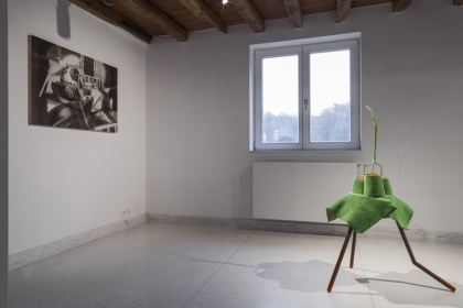 Exhibition view 'A shade of pale blankets' & 'Verdacht licht'